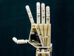 Механічна рука перекладає слова на мову жестів